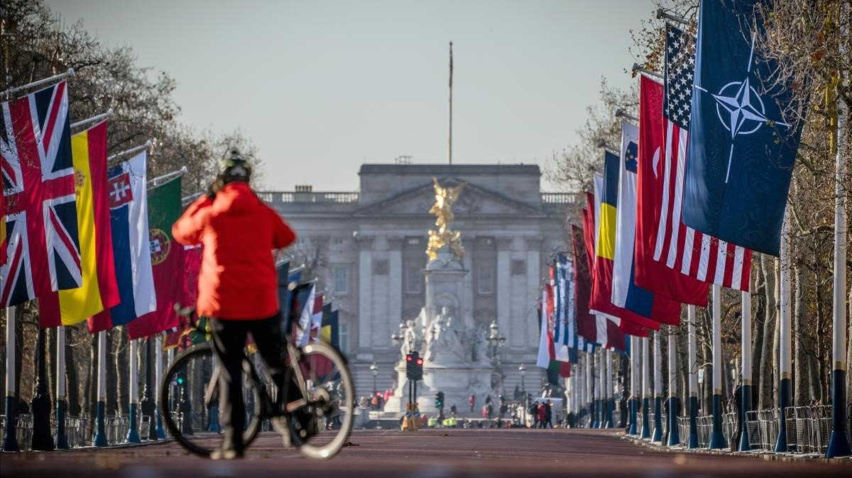 Bandera de la OTAN y de los países miembros de la Alianza ondean en Londres, este lunes.