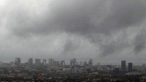 Barcelona, con el cielo encapotado por el temporal de lluvia.