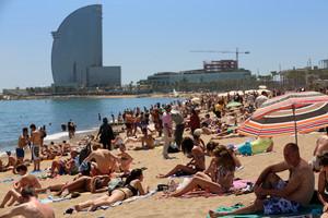 La playa de la Barceloneta durante una ola de calor el verano pasado