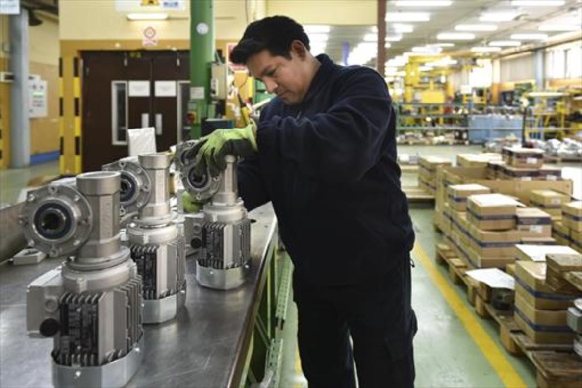 EN LA FÁBRICA. Un operario en la planta de la compañía.