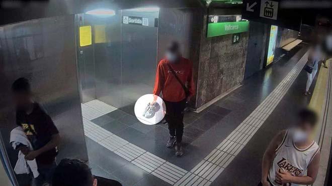 La cámara de seguridad del metro capta a unos ladrones que robaron unas zapatillas en Sarrià.