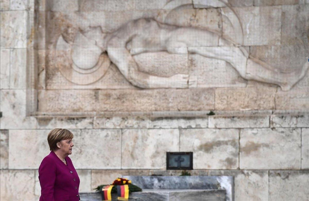 La cancillera alemana, Angela Merkel, rinde tributo en la tumba del soldado desconocido, en Atenas.