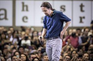 El candidato de Podemos, Pablo Iglesias, cabizbajo durante el mitin celebrado en Valencia.