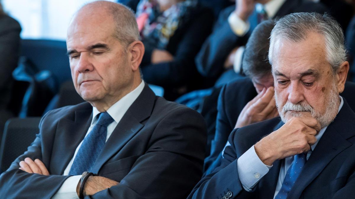 Diecinueve de los veintiún ex altos cargos de la Junta de Andalucía acusados en la pieza política de los ERE han sido condenados por la Audiencia de Sevilla, entre ellos los expresidentes José Antonio Griñán, con seis años de cárcel y quince de inhabilitación, y Manuel Chaves, con nueve años de inhabilitación.
