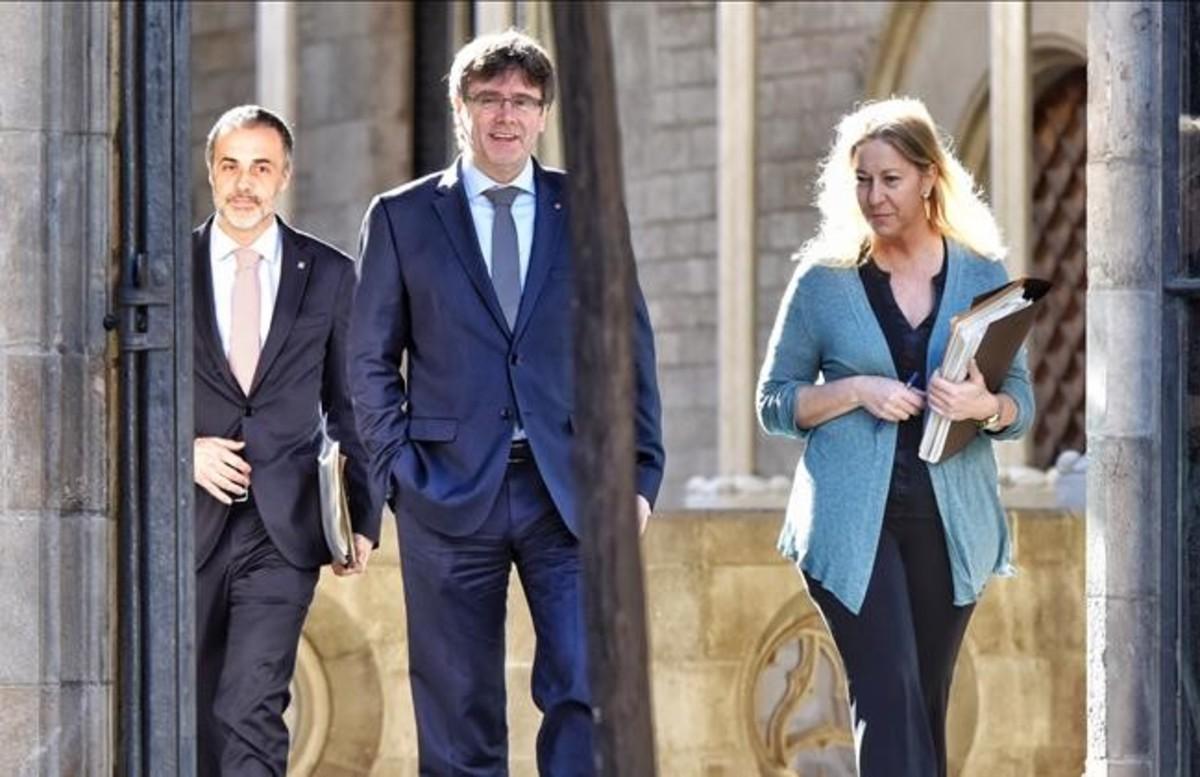 Carles Puigdemont y Neus Munté, este martes, antes de iniciar la reunión del Govern.