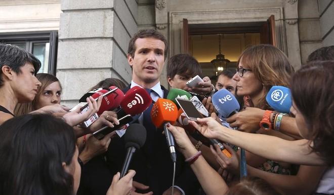 Casado hace declaraciones a la prensa tras su reunión con las asociaciones de jueces y fiscales.