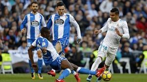 Casemiro, rodeado de jugadores del Deportivo.