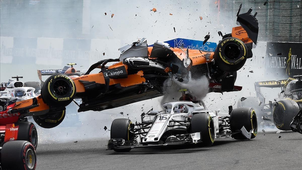 El coche de Fernando Alonso vuela sobre el Sauber de Leclerc.