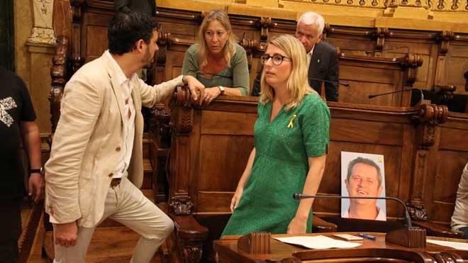 Colocan la foto de Joaquim Forn en el pleno del Ajuntament de Barcelona.