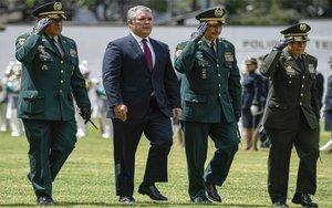 El presidente de Colombia, Iván Duque, junto con altos mando del Ejército.
