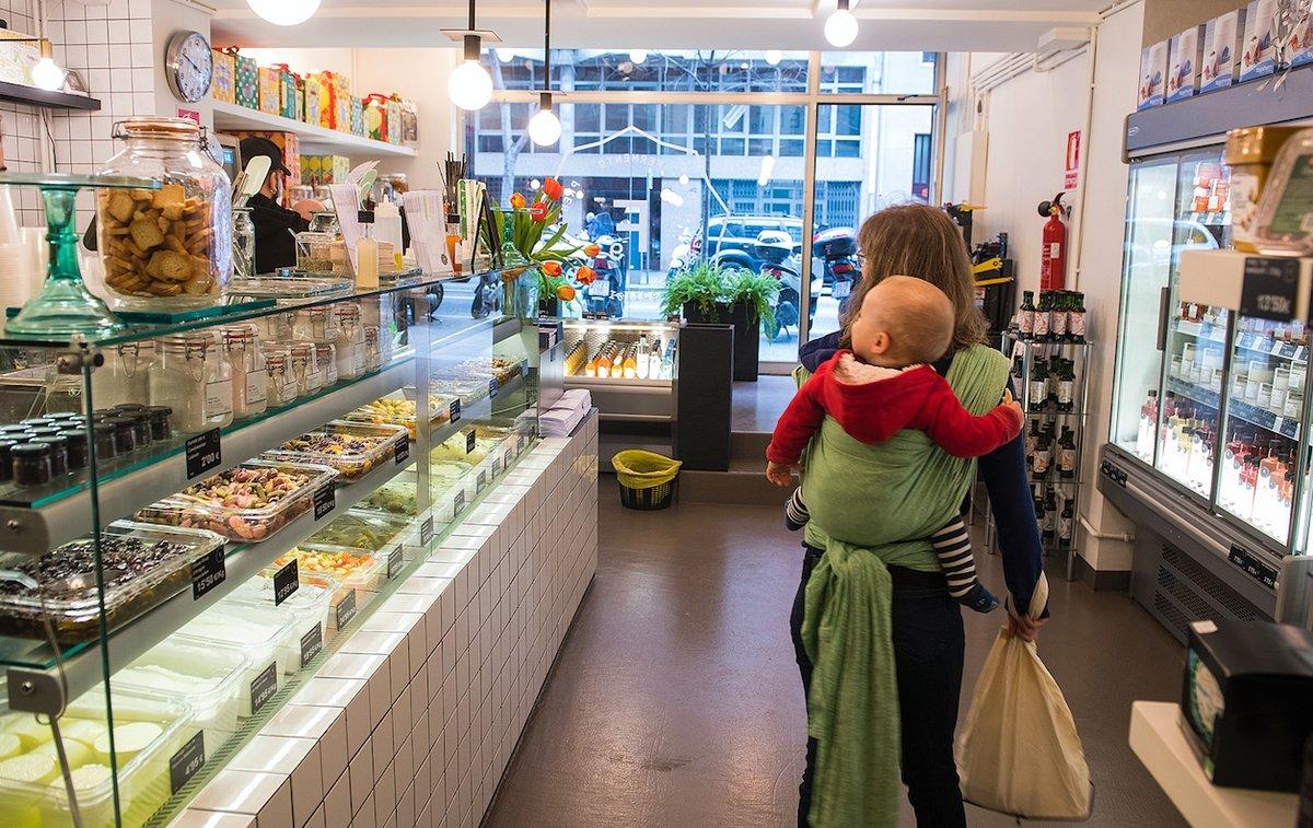 Una usuaria, y su bebé,en un comercio situado en el centro urbano.