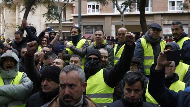 Concentración de taxistas frente a la Conselleria de Territori en Barcelona.