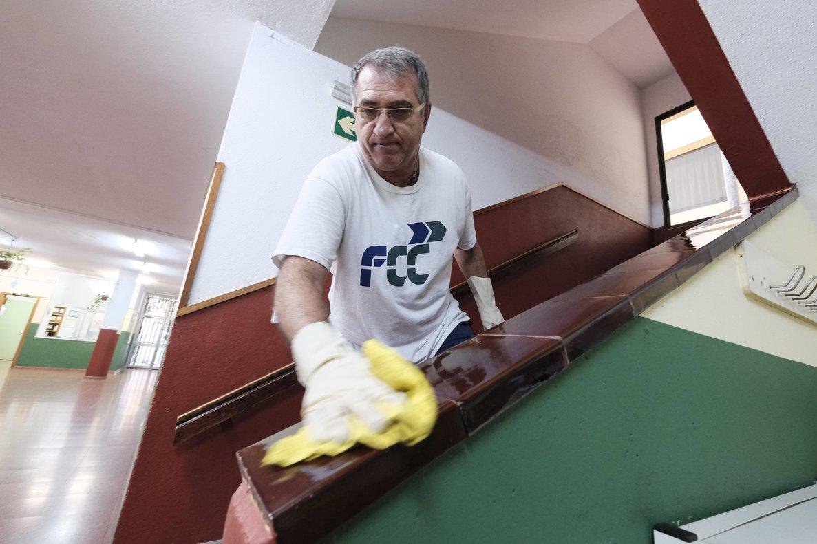 Un trabajador limpia en un colegio de Las Palmas (Canarias) cerrado por el coronavirus.