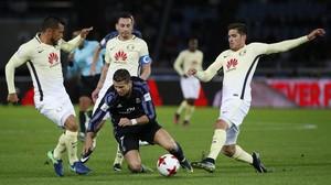 Cristiano Ronaldo cae al suelo rodeado de contrarios durante el partido ante el América en el Mundialito, marcado por el polémico uso del vídeo para arbitrar.