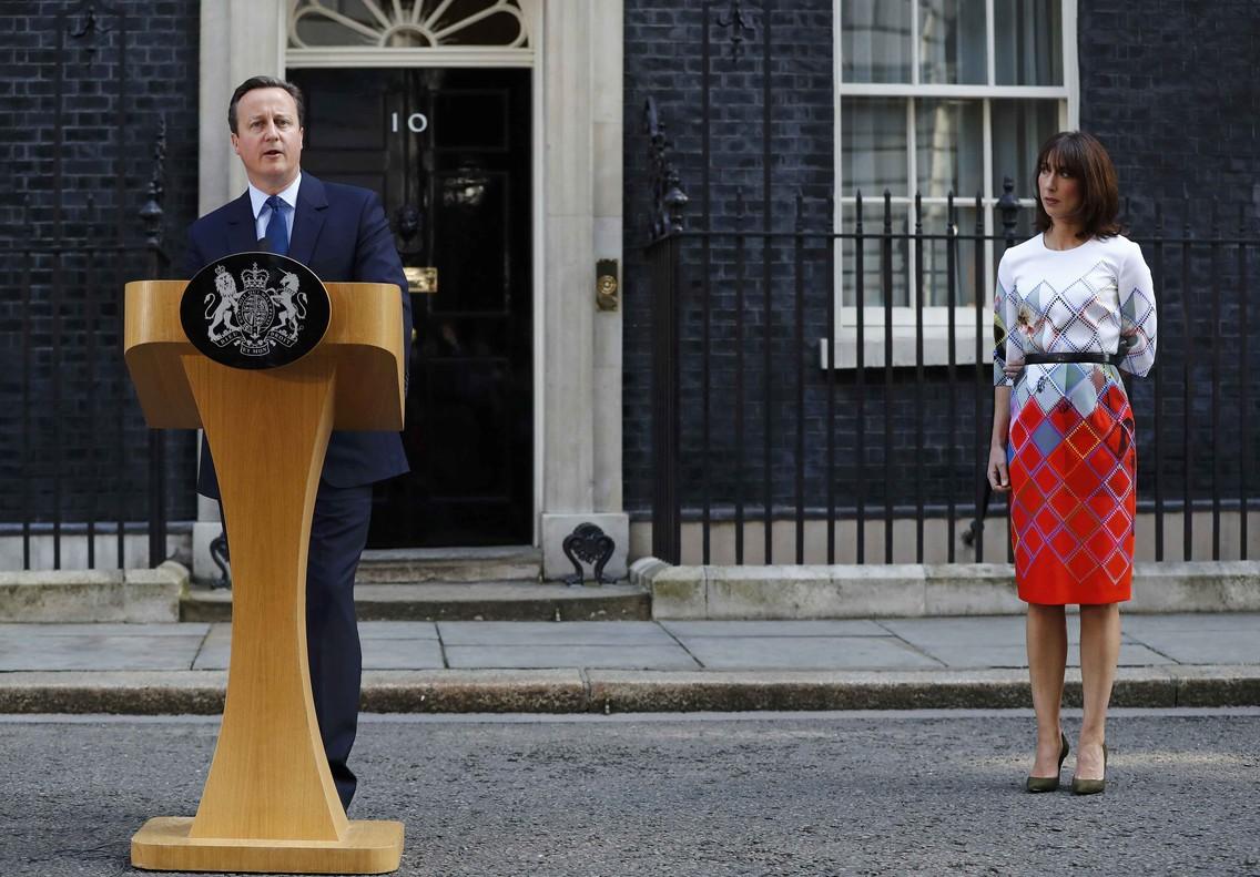 David Cameron y su mujer en la comparecencia de prensa tras anunciarse la victoria del brexit.