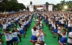 Parejas de bailarinas de la República Dominicana bailan merengue para elrécord Guinness.