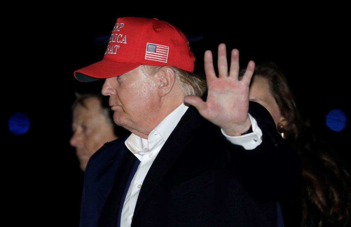Donald Trump desciende del Air Force One tras sus vacaciones de Acción de Gracias.