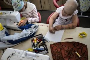 Dos niños, en un taller de manualidadaes, en un centro de tratamiento del cáncer de Lyón.