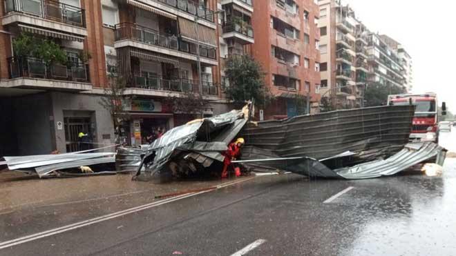 La avenida de Sant Esteve, en Granollers, inundada y con los bomberos trabajando.