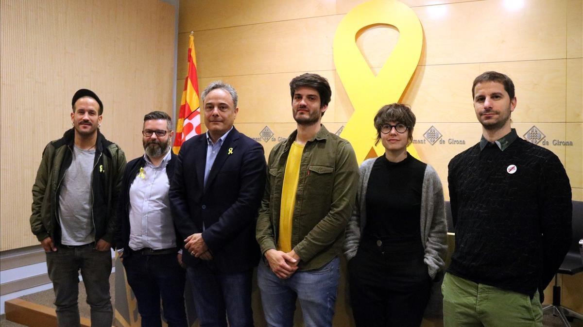 Els Catarres, con el director del Strenes, Xavi Pascual, el concejal de Cultura de Girona, Carles Ribes, y el presidente de Òmnium en el Gironès, Sergi Font, este sábado