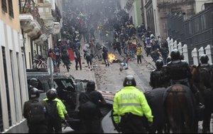 Enfrentamientos entre los manifestantes y la policía en Quito, Ecuador.