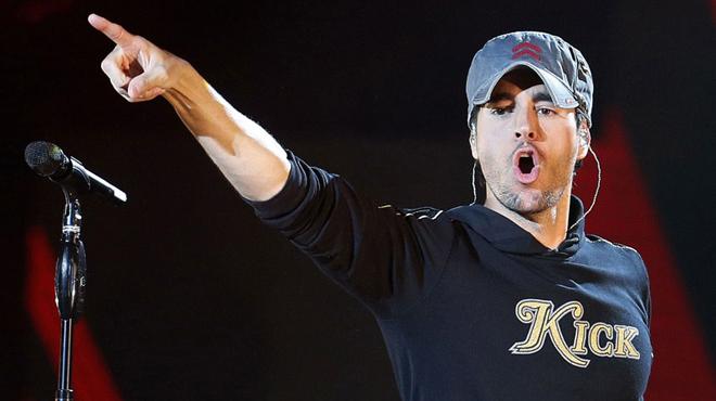 Enrique Iglesias canta la canción la chica de ayer en el festival Starlite en Marbella