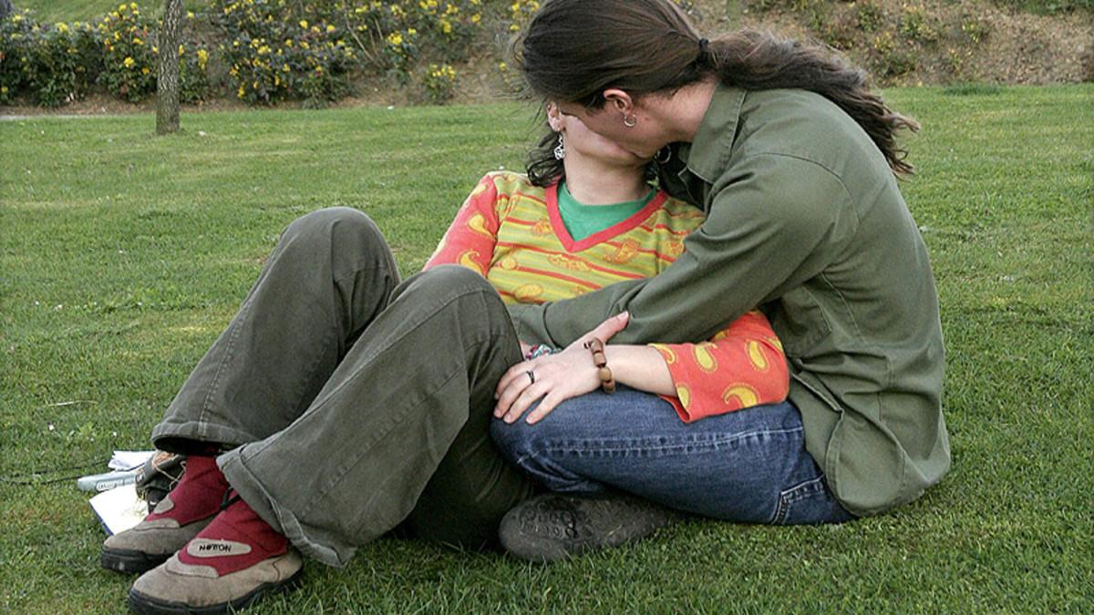EQUINOCCIO DE OTOÑO. Una pareja se besa en un parque de Bilbao.
