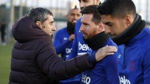 Ernesto Valverde saluda a Messi en presencia de Suárez, Piqué y Vidal.