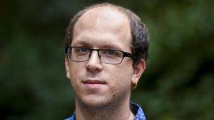 El escritor Pol Beckmann, en el jardín de un céntrico hotel barcelonés.