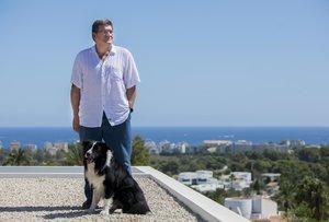 Escrivá posa en la terraza de su chalet de Xàbia junto a su perro Dante.
