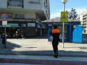 Policia Local i Protecció Civil reparteixen mascaretes per a nens i adults a Esplugues