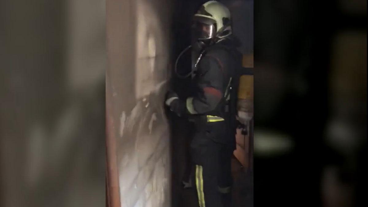 Este vídeo muestra la importancia de cerrar las puertas durante un incendio.