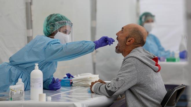 El estudio de seroprevalencia concluye que el 5,2% de la población ha padecido el coronavirus. En la foto, una sanitaria hace un frotis bucal a un vecino de Ordizia (Guipúzcoa), en una carpa instalada en el parque Barrena.