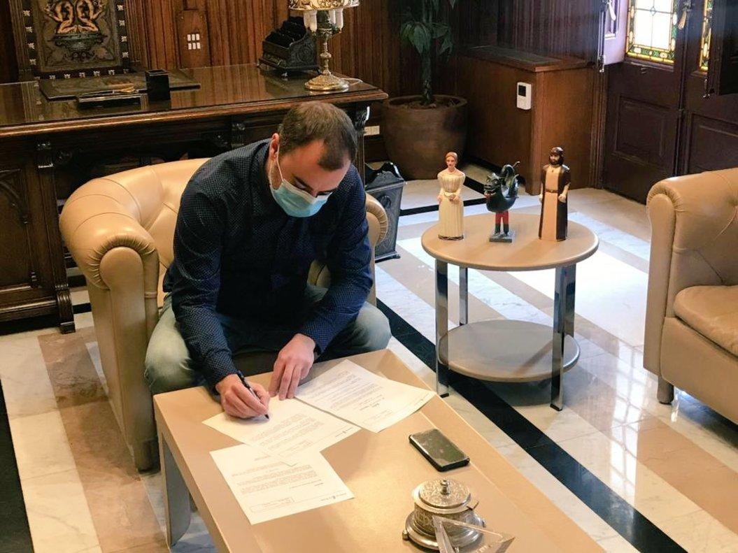 El alcalde de Terrassa, firmando el bando municipal donde autoriza al 'Ratoncito Pérez' a moverse libremente por la ciudad.