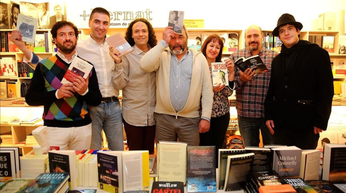 Encuentro de concursantes de Saber y ganar en la librería +Bernat, el viernes. De izquierda a derecha: Manolo Romero, Marcos Estévez, Víctor Castro, José Pinto, Amparo Bermejo, Óscar Díaz y David Leo. Entre todos han ganado unos 3,9 millones de euros.