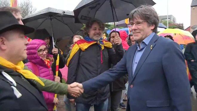 el expresidente carles puigdemont en waterloo saluda a los participantes de una marcha independentista hasta bruselas