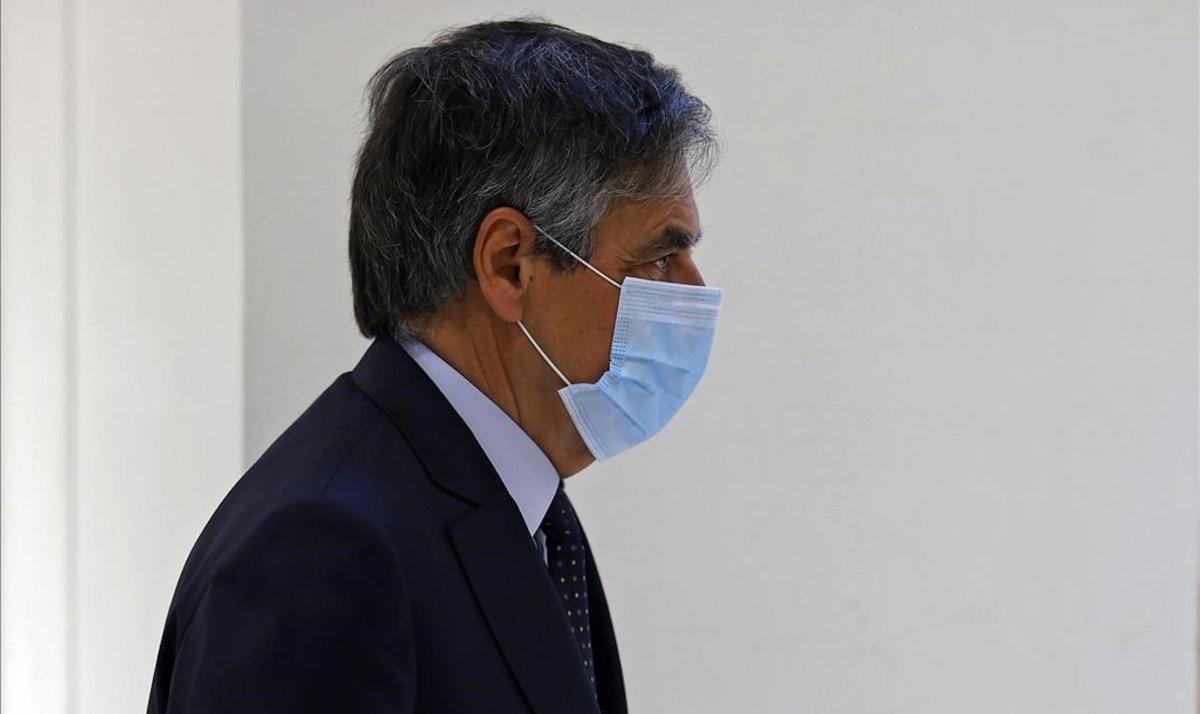 El exprimer ministro francés, François Fillon, llega a los juzgados de París, ayer.