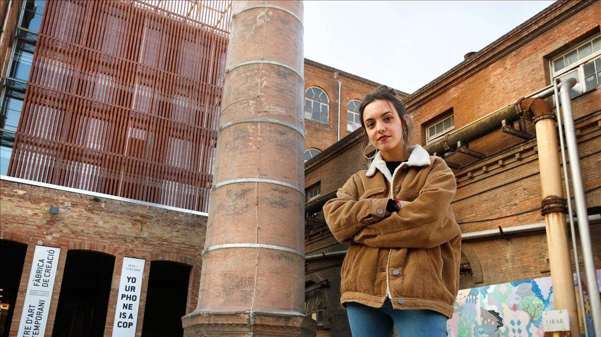 La cantante Júlia Serrasolsas, ante los muros de la Fabra i Coats, un espacio que acoge a muchos artistas.