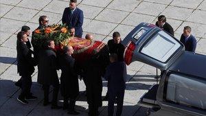 La familia Franco introduce el féretro en el coche fúnebre
