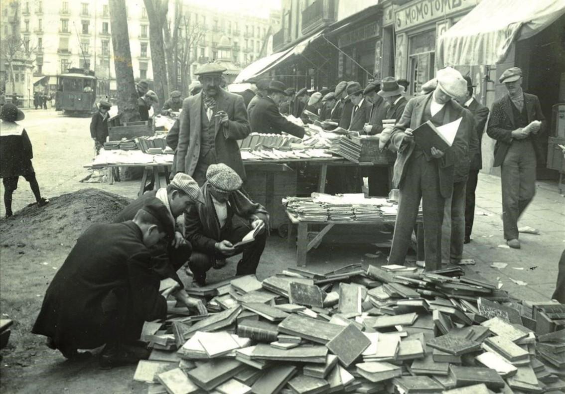 El antiguo mercado de los libros de ocasión en la ronda de Sant Antoni, en 1915.