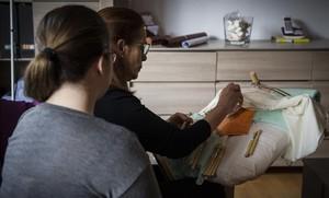 Gema B. D., en primer término, junto a su madre, este miércolesen su casa de Barcelona.