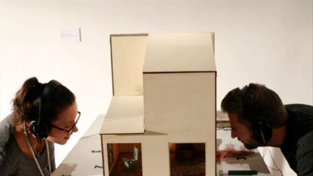 Dos espectadores interactuandi conCases, un proyecto de la escenógrafa Xesca Salvà.