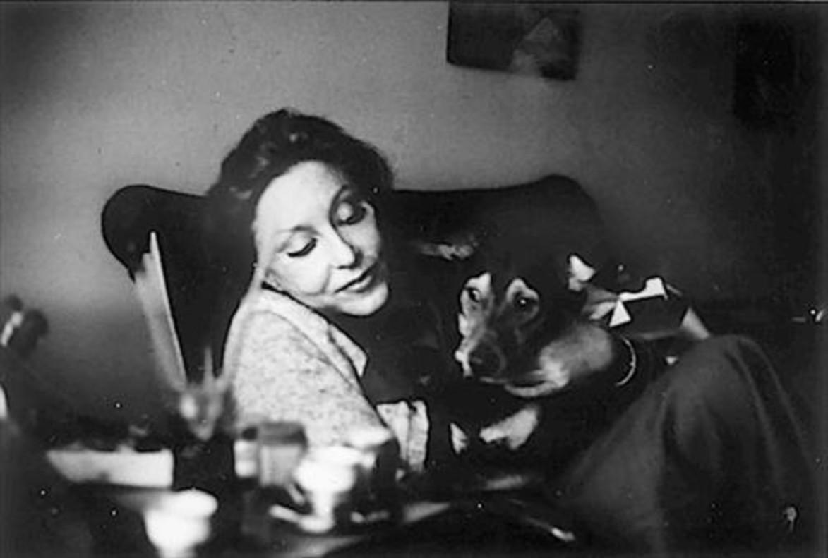 Clarice Lispector, en su despacho con su gato.