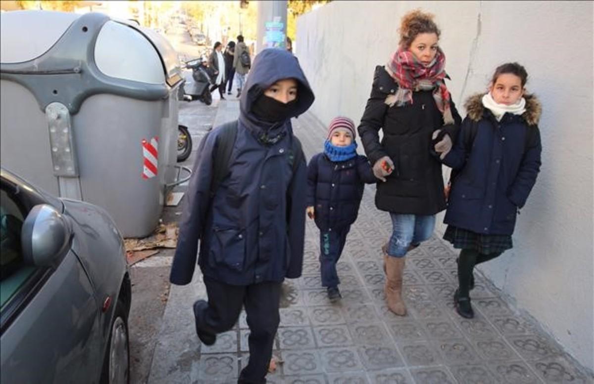 Abrigados camino a la escuela en el barrio barcelonés del Guinardó, en el primer día de la ola de frío.