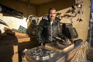 Raül Beteta,artista que trabaja con materiales reciclados, en su taller.