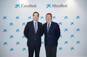 Gonzalo Gortázar, consejero delegado de CaixaBank, y Antoni Vila, presidente de MicroBank.