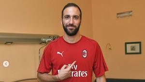 Gonzalo Higuaín posando con la camiseta del AC Milan