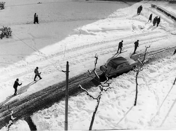 Los barceloneses también encontraron en los esquíes el mejor medio de transporte en la Gran via de les Corts Catalanes (durante el franquismo llamada avenida de José Antonio Primo de Rivera).