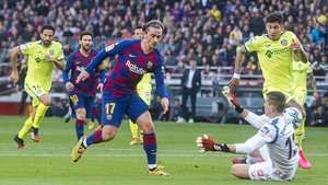 Griezmann cruza el balón con su pie izquierdo y supera al portero Soria en el primer gol azulgrana durante el partido de liga entre el FC Barcelona y el Getafe.