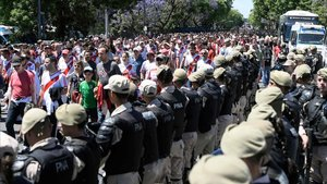 Aficionados deRiver Plate en los ingresos del Estadio Monumental.